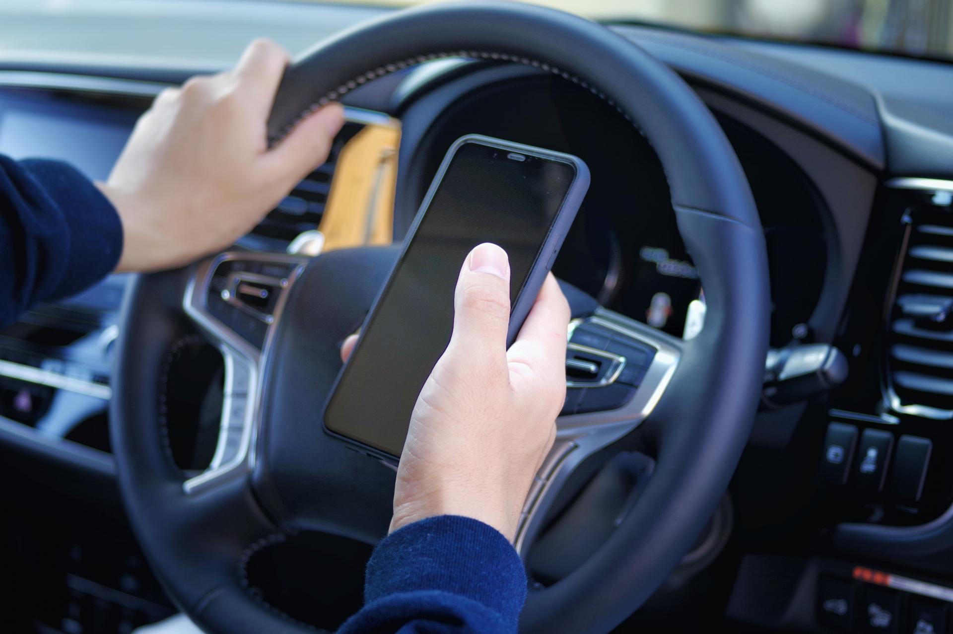 運転中のスマホ操作が厳罰化!内容・罰則と狙いについて